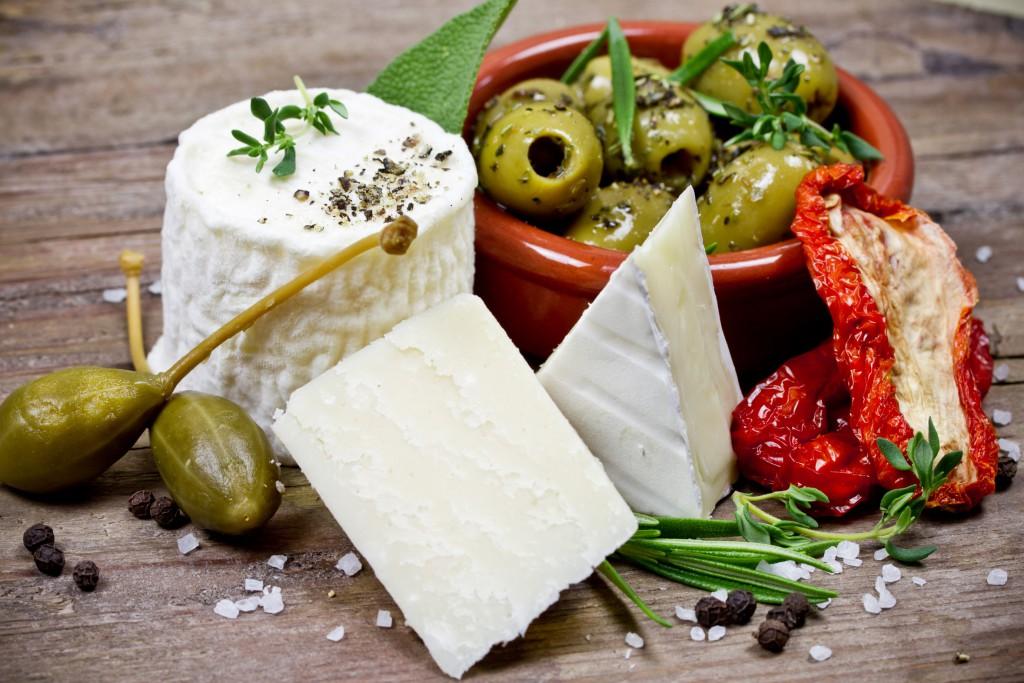 Käse und Oliven