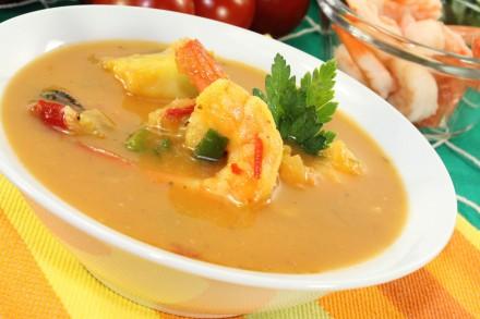 heiße exotische Currysuppe mit Garnelen