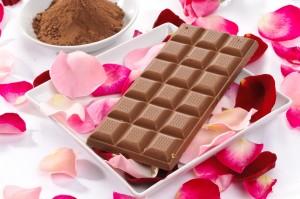 Cioccolato al latte con petali di rosa