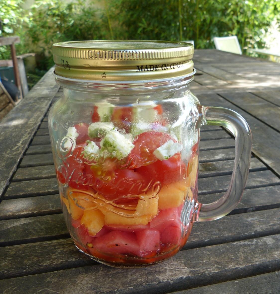 Une salade originale en bocal à la pastèque, melon et féta