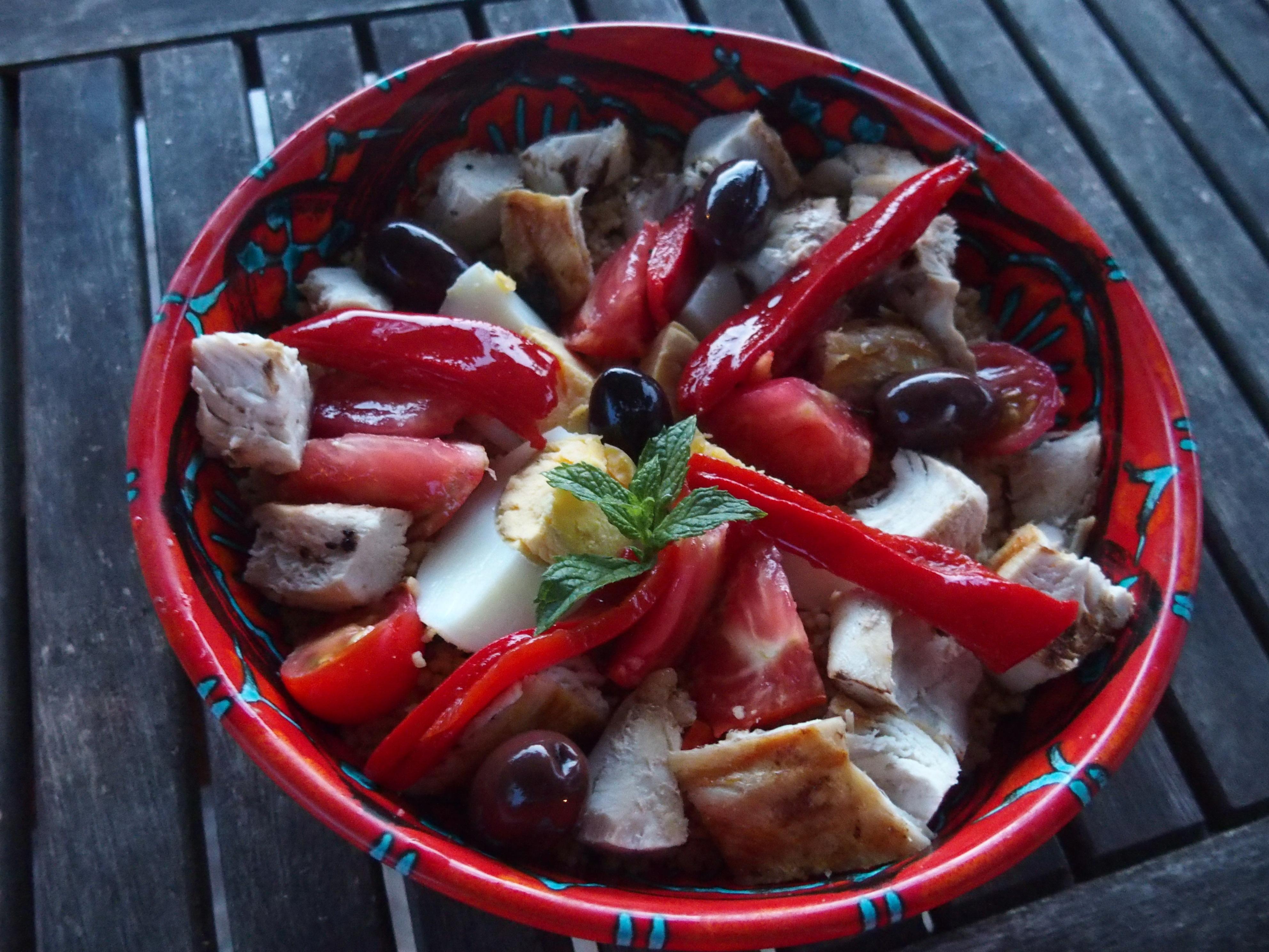 Salade à la semoule au poulet et ses petits légumes