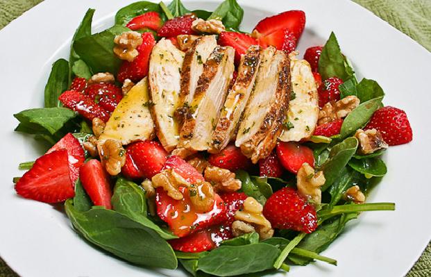 Salade de fraises et de poulet rôti mariné