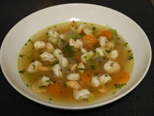Un délicieux bouillon aux crevettes et légumes