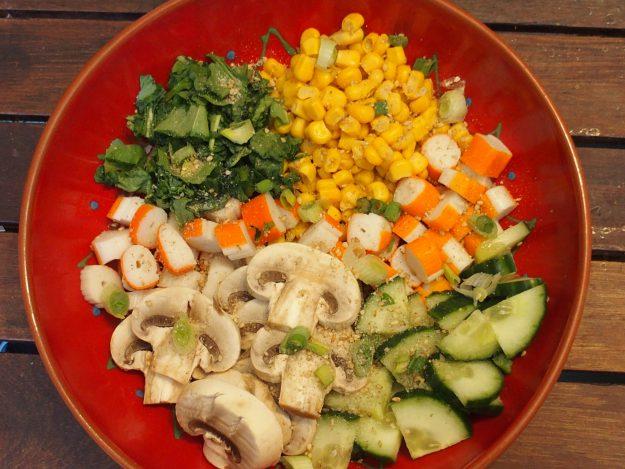 Un buddha bowl plein de couleurs aux légumes et surimi
