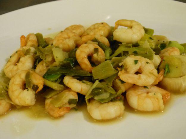 Crevettes aux poireaux et aux câpres