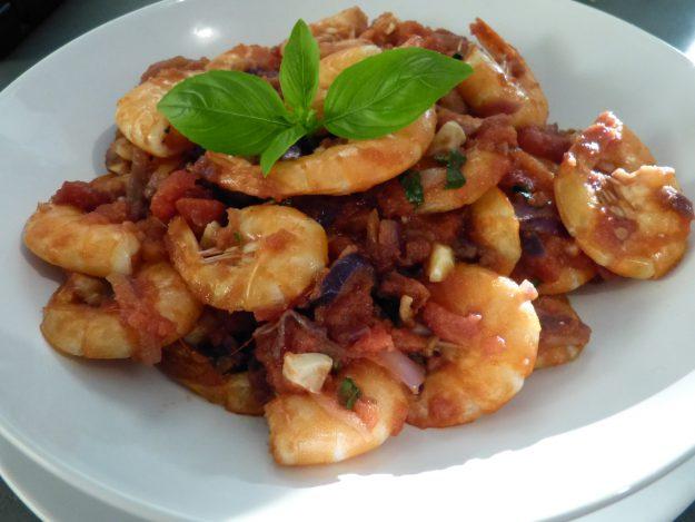 De délicieuses crevettes à la tomate et au basilic