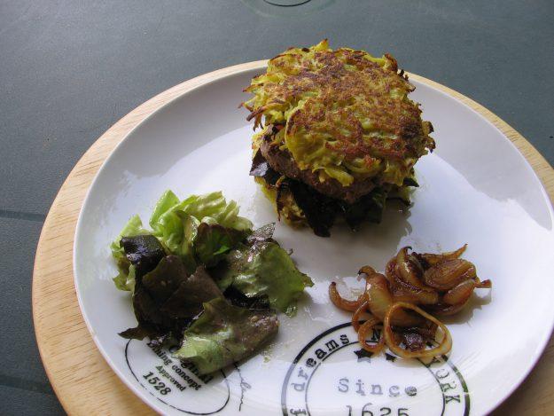 Steaks et galettes de pommes de terrefaçon hamburger