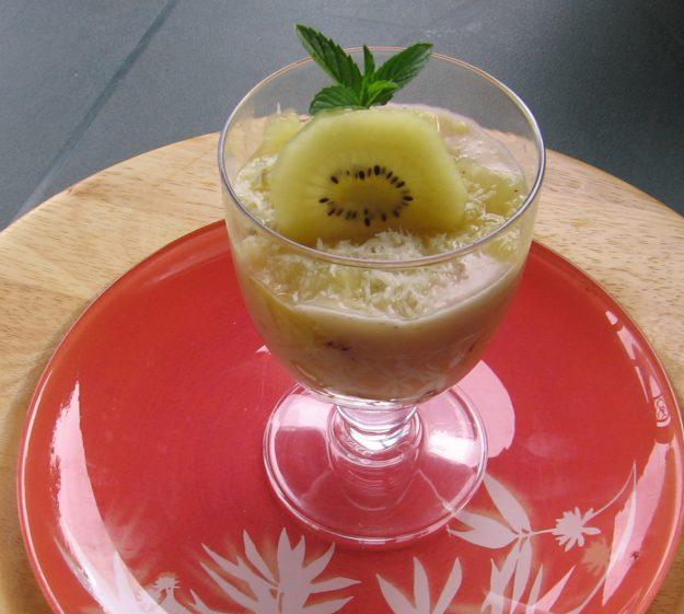 Des verrines aux kiwis à la crème de banane sur lit de coco