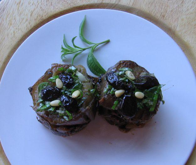 Mille-feuilles d'aubergines au basilic et olives noires confites