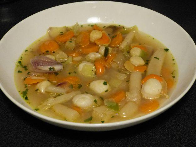 Nage de saint-jacques aux salsifis, carotte et poireau