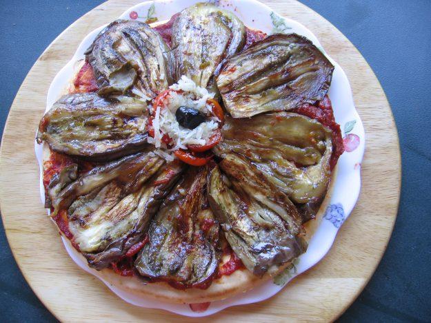 Pizza fleur aux pétales d'aubergines grafitti