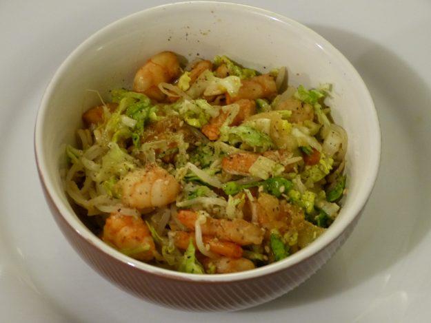 Poke bowl aux crevettes, laitue et germes de soja
