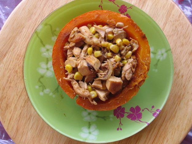 Potimarron farci au poulet, maïs et coco