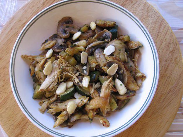 Effiloché de poulet aux courgettes, cèpes et amandes