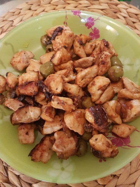 Un délicieux poulet aux olives vertes et épices