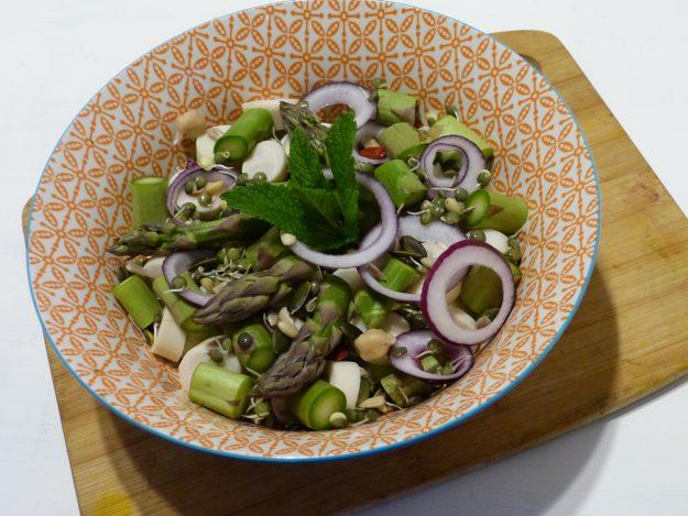 Salade bien-être aux asperges et légumineuses germées