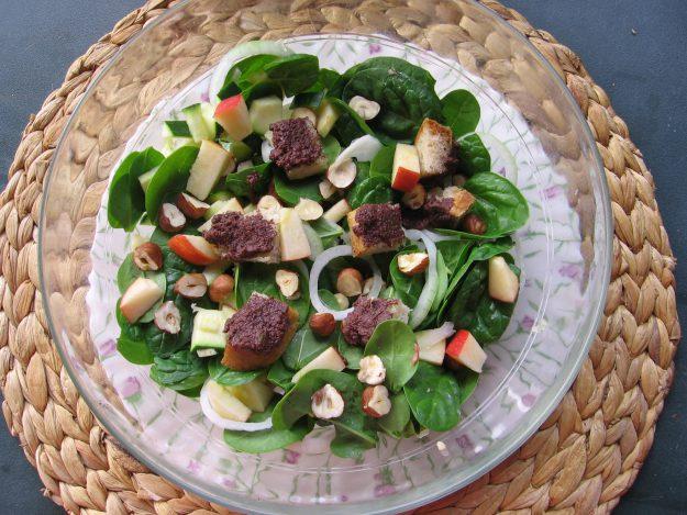 Salade de jeunes pousses d'épinards aux noisettes grillées