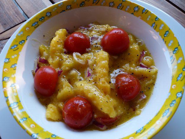 Une délicieuse salade de mangue et tomates cerises