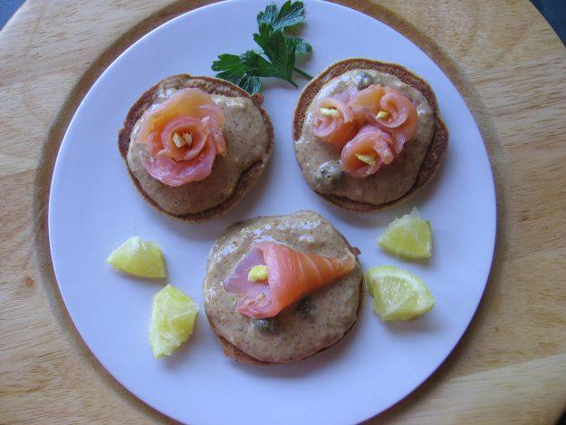 Blinis au saumon fumé en corolles de fleurs