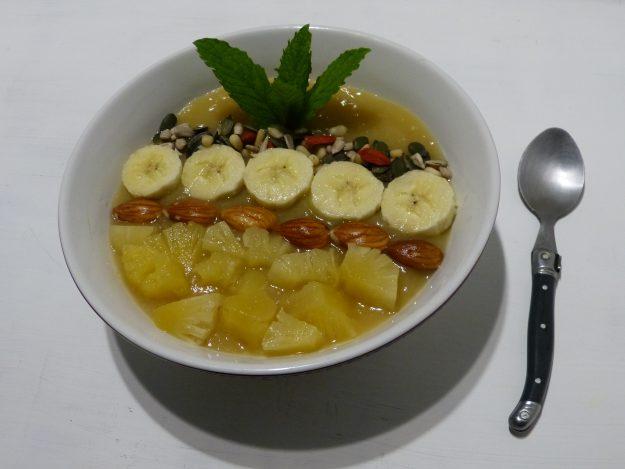 Smoothie bowl aux fruits exotiques, poire et graines