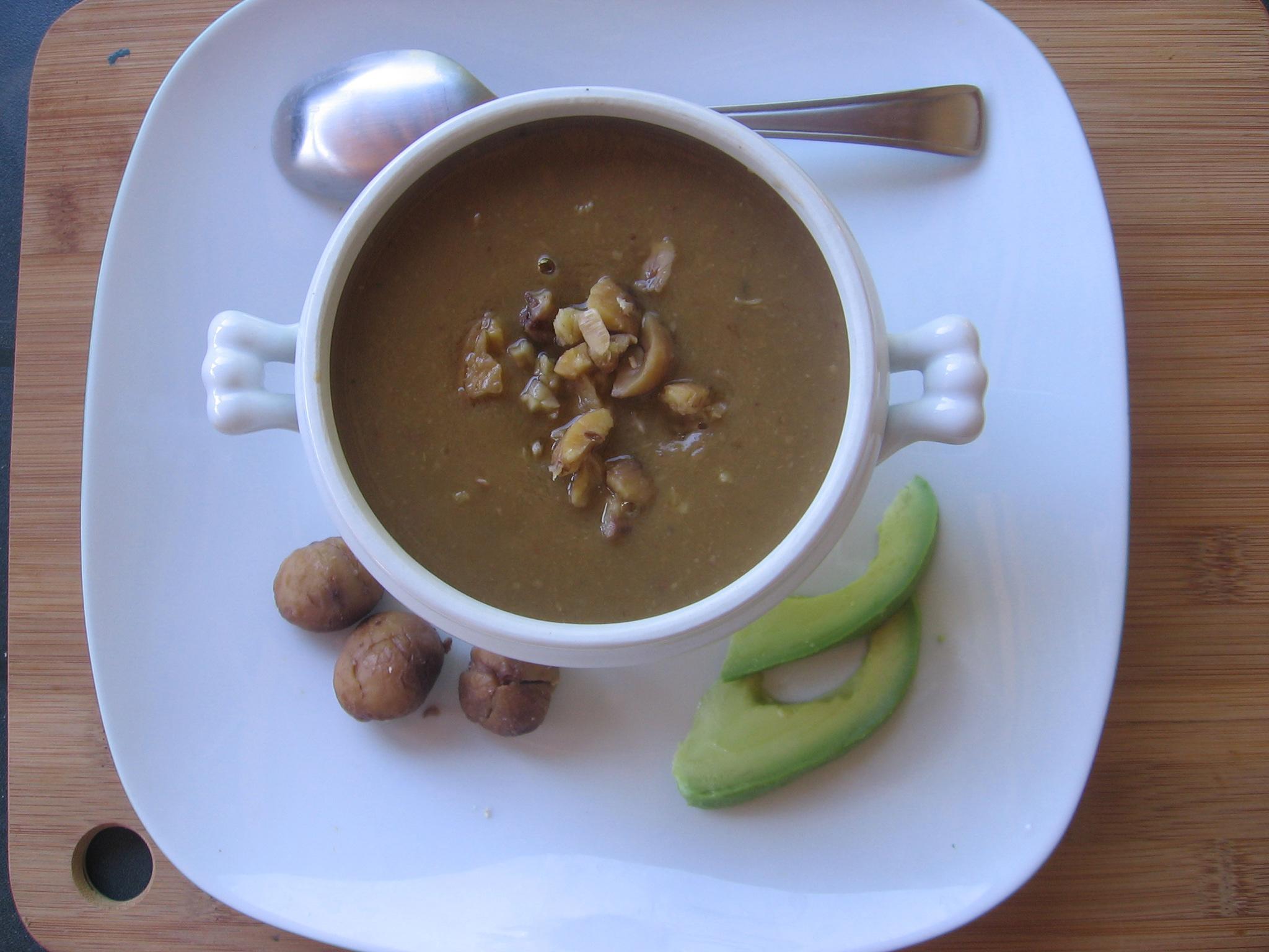 Une bonne soupe de marrons et champignons crus et cuits